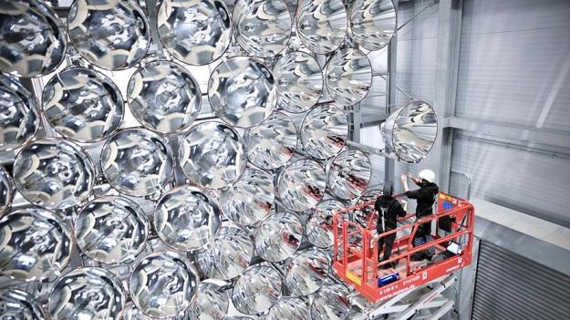 149 гигантских прожекторов