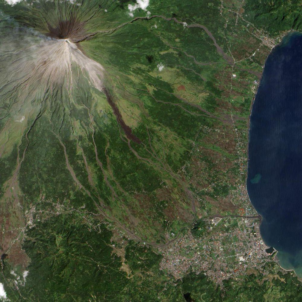 Идеальный конусообразный вид вулкана Майон