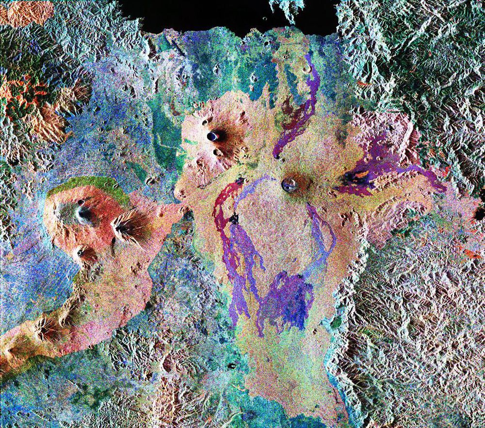 вулкан Ньирагонго в центре снимка