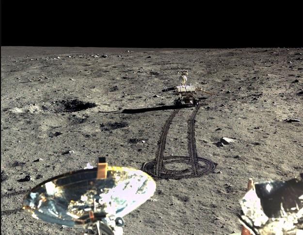 Ровер Yutu-2, часть китайского зонда Chang'e-4, на обратной стороне Луны, исследует лунную поверхность.