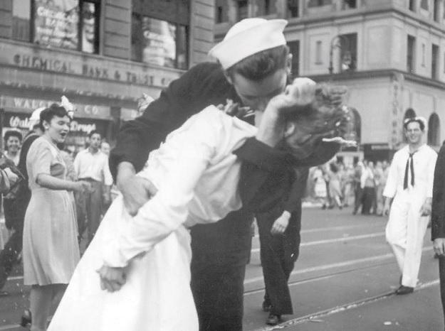 Моряк целует женщину на Таймс-сквер в Нью-Йорке, в честь окончания Второй мировой войны.