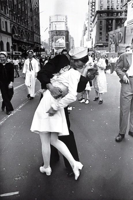 Матрос целует медсестру на Таймс-сквер в Нью-Йорке